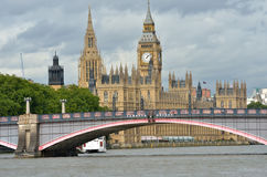 O parlamento com lambeth constrói uma ponte sobre Fotos de Stock Royalty Free