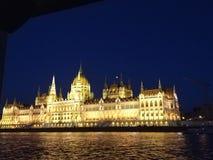 O parlamento de Budapest na noite foto de stock royalty free