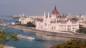O parlamento e Danube River de Budapest vídeos de arquivo