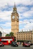 O parlamento e tráfego de Londres fotografia de stock