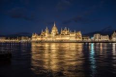 O parlamento em Budapest durante a noite imagens de stock royalty free