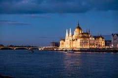O parlamento em Budapest no crepúsculo imagens de stock