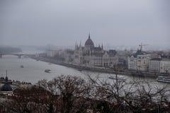 O parlamento em Budapest em um dia de inverno nevoento fotografia de stock royalty free