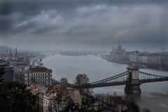 O parlamento em Budapest em um dia de inverno nevoento imagens de stock
