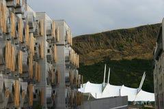 O parlamento escocês, terra dinâmica e os penhascos Fotografia de Stock