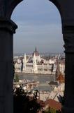 O parlamento húngaro através do arco em Budapest Fotografia de Stock