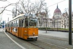O parlamento húngaro em Budapest com o bonde fotografia de stock