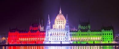 O parlamento húngaro em cores nacionais Imagem de Stock Royalty Free