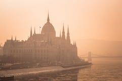 O parlamento húngaro na névoa imagem de stock royalty free