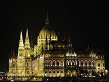 O parlamento húngaro na noite imagens de stock