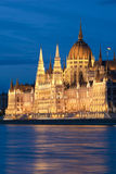 O parlamento húngaro na noite Foto de Stock