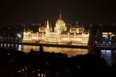 O parlamento húngaro na noite, Budapest, Hungria Fotografia de Stock Royalty Free