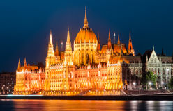 O parlamento húngaro, opinião da noite, Budapest Imagem de Stock Royalty Free