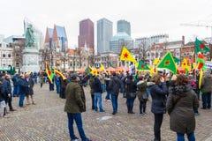 O parlamento holandês da parte externa curdo da reunião do protesto que demonstra contra Turquia e o presidente turco Tayyip Erdo Fotos de Stock Royalty Free