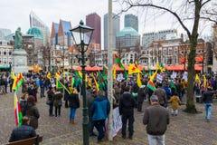 O parlamento holandês da parte externa curdo da reunião do protesto que demonstra contra Turquia e o presidente turco Tayyip Erdo Fotografia de Stock Royalty Free