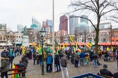 O parlamento holandês da parte externa curdo da reunião do protesto que demonstra contra Turquia e o presidente turco Tayyip Erdo Imagens de Stock Royalty Free