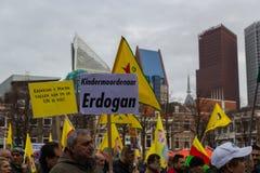 O parlamento holandês da parte externa curdo da reunião do protesto que demonstra contra Turquia e o presidente turco Tayyip Erdo Imagens de Stock