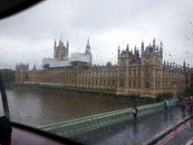 O parlamento na chuva fotografia de stock