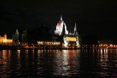 O parlamento na noite Fotografia de Stock Royalty Free