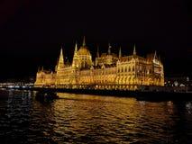 O parlamento na noite imagens de stock