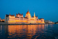 O parlamento pelo rio Fotografia de Stock Royalty Free