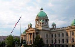 O parlamento que constrói a Sérvia Europa de Belgrado da bandeira nacional Imagens de Stock