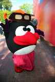O parque da cidade do animador do ator no herói Smeshariki engraçado dos desenhos animados da boneca do traje mante distraído cri Foto de Stock