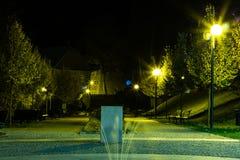 O parque da cidade no cenário da noite com um lugar para descansar a paisagem da cidade da noite estaciona na primavera Bancos, t imagens de stock
