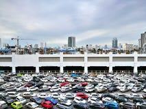 O parque de estacionamento na estação de Mo Chit BTS, uma das estações as mais ocupadas, põe-no na entrada do Ch Imagens de Stock