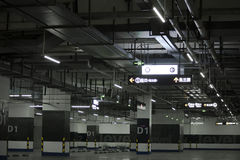 O parque de estacionamento subterrâneo vazio com sistema de tubulação complexo Imagem de Stock Royalty Free