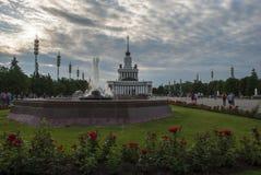 O parque de VDNX em Moscou com rosas Fotos de Stock