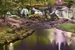 O parque do centro colorido de Greenville na noite e o borrão fazem sinal à cachoeira fotos de stock royalty free