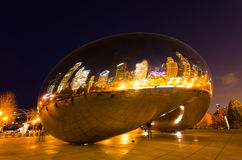 O parque do milênio em Chicago da baixa
