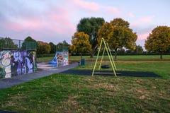 O parque do patim e esvazia o balanço no outono fotografia de stock
