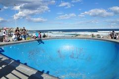O parque exterior do patim na cor azul em um dia nebuloso perto da praia de Bondi Fotos de Stock Royalty Free