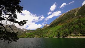 O parque nacional bonito de Aiguestortes i Estany de Sant Maurici dos Pyrenees espanhóis em Catalonia, lapso de tempo vídeos de arquivo
