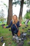 O parque, os pombos de alimentação da menina Imagem de Stock