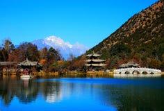 O parque preto da associação do dragão sob Jade Dragon Snow Mountain fotografia de stock
