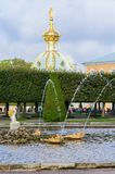 O parque superior foi criado sob o czar Peter I É ficado situado em Peterhof entre a avenida de St Petersburg e o Peterhof grande fotografia de stock