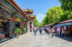 O parque verde do lago igualmente conhecido como Cui Hu Park é um dos parques os mais bonitos na cidade de Kunming imagens de stock royalty free