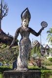 O parque Wat Xieng Khuan da Buda é um parque famoso da escultura com as mais de 200 estátuas religiosas que incluem uma elevação  imagem de stock
