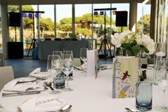 O partido apresenta a decoração, o partido do banquete do casamento, o Dance Floor e a tabela do DJ Foto de Stock Royalty Free