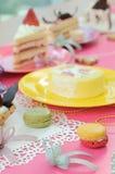 O partido colorido da sobremesa com muitos endurece Fotos de Stock Royalty Free
