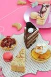 O partido colorido da sobremesa com muitos endurece fotos de stock