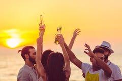 O partido da praia dos amigos bebe o conceito da celebração do brinde imagens de stock royalty free