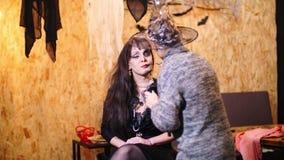 O partido de Dia das Bruxas, artista de composição tira uma composição terrível na cara de uma mulher moreno para um partido de D video estoque