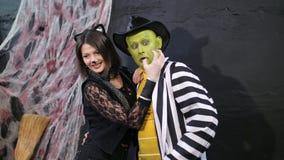 O partido de Dia das Bruxas, sessão de foto, jovens vestiu-se acima em trajes assustadores, com uma composição horrível Estão ten video estoque