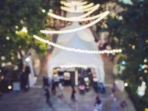 O partido do evento do festival borrou a decoração das luzes do fundo dos povos fotografia de stock