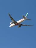 O passageiro Boeing 777 decola Imagens de Stock Royalty Free