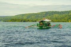 O passageiro motorizou o barco com os turistas na lupulagem de ilha na cidade jardim da ilha de Samal Imagens de Stock